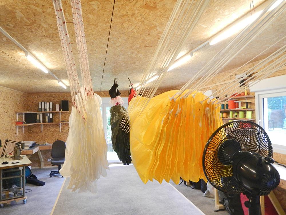 pliage de parachute de secours parapente